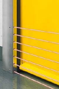 Световая решетка скрыто смонтирована в направляющей скоростных ворот.