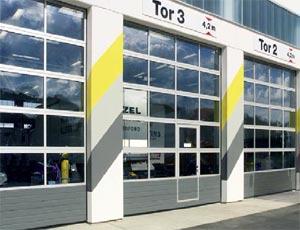 Секционные ворота Hormann APU 40 из стали и алюминия для промышленных объектов.