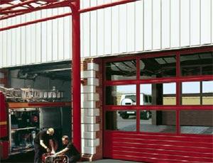 Теплые секционные ворота Hormann APU 40 из стали и алюминия для промышленных объектов.