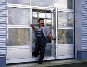 Калитки, встроенные в секционные ворота Hormann  для промышленных объектов.