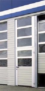 Боковая дверь рядом с секционными воротами Hormann для промышленных объектов.