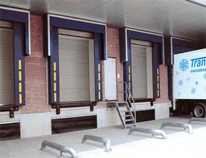 Теплые стальные секционные ворота Hormann DPU для промышленных объектов.