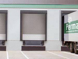 Стальные секционные ворота Hormann DPU из сэндвич панелей для промышленных объектов.