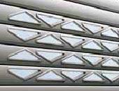 Рулонные ворота Hormann с треугольным остеклением.