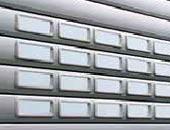Рулонные ворота Hormann с прямоугольным остеклением.