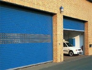 Рулонные ворота Hormann серии Decoterm с прямоугольным остеклением.