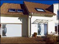 Подъемно-поворотные гаражные ворота Hormann серии Design и входная дверь.