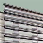 Рулонные ворота Hormann: Полотно рулонных ворот (алюминиевый листовой прокат без отделки) с прямоугольными окнами. Окна имеют двойные ударопрочные стекла из поликарбоната.