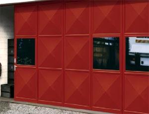 Откатные ворота Hormann KSE из стали с квадратным остеклением для промышленных объектов.