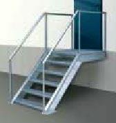 Складская техника Hormann: Лестница с нескользкими, оцинкованными лестничными профилями и надежным поручнем перил.