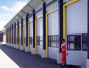 Теплые стальные секционные ворота Hormann SPU 40 для промышленных объектов.