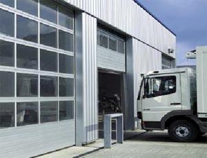 Секционные ворота Hormann TAP  40 из стали и алюминия с терморазрывом для промышленных объектов.